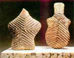 Пять тысячелетий назад в священных местах древней Анатолии люди оставляли глиняные фигурки с изображениями богов и духов. Точно такие же культовые предметы обнаружены и на территории микенской Греции, на Крите.